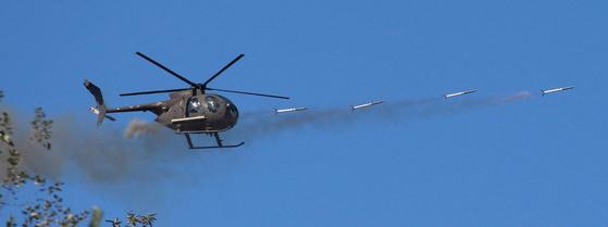 2013 육군항공사격대회.양평 비승사격장. 10월 7일부터 경기도 양평 비승사격장에서 육군항공사령부 주최로 최고의 육군항공 조종사 톱 헬리건과 최고의 공격헬기 부대를 선발하는 2013 육군항공사격대회를 21일까지 열고 있다.500MD헬기가 로켓을 연발로 쏘고 있다.