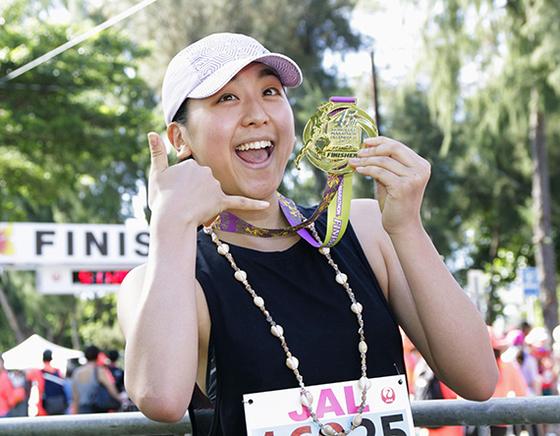 호놀룰루 마라톤에서 완주하고 받은 메달을 보여 주며 웃고 있는 아사다. [호놀룰루 교도=연합뉴스]