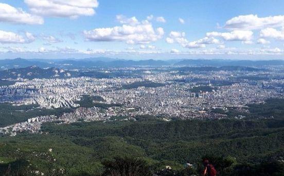 북한산국립공원 내 미세먼지 농도가 서울 도심보다 평균 17% 낮은 것으로 분석됐다. 청명한 가을날씨를 보인 지난 9월 17일 북한산 인수봉에서 바라본 가을 하늘에 뭉게구름이 수를 놓고 있다. [하이캄산악회 제공=연합뉴스]