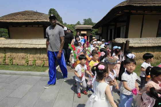 미국프로농구 선수 데니스 로드먼이 지난 6월 북한 평양을 방문한 모습[AP=연합뉴스]