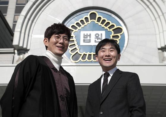 웹드라마 '로맨스 특별법'에서 판사로 출연하는 배우 류진(왼쪽)과 원고로 나온 한웅희 판사. [최승식 기자]