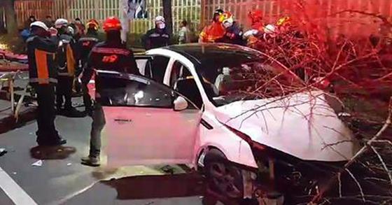 무면허 10대가 렌터카를 타고 부산 동래구의 한 도로에서 가로수를 들이받는 사고가 났다. [사진 부산동래경찰서]