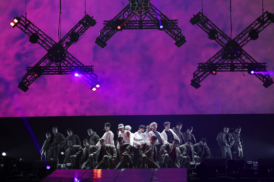 지난 10일 콘서트 3부작 윙스 투어 파이널 공연을 하고 있는 방탄소년단. [사진 빅히트엔터테인먼트]