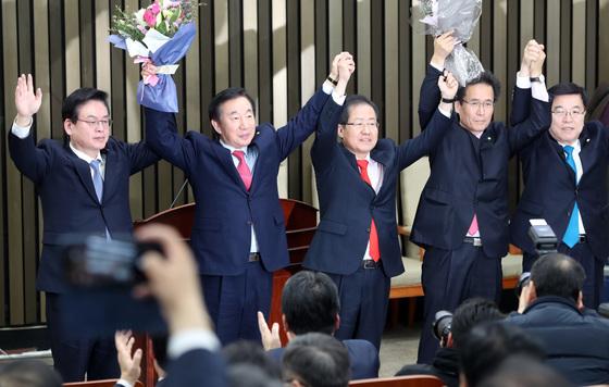 12일 오후 열린 자유한국당 원내대표 및 정책위의장 선출을 위한 의원총회에서 김성태-함진규 의원이 당선됐다. 박종근 기자