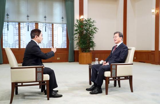 문재인 대통령이 지난 8일 청와대에서 중국 CC-TV와 인터뷰하고 있다. 문 대통령은 오늘(13일) 취임 후 처음으로 중국을 방문한다. [연합뉴스]