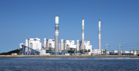 화력발전소 등 수도권 지역 162개 사업장에 대해 내년부터 먼지 총량규제가 적용된다. 사진은 인천시 옹진군 영흥도에 위치한 영흥화력발전소 [중앙포토]