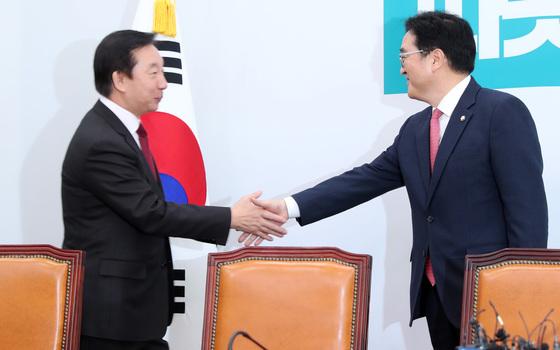 김성태 자유한국당 신임 원내대표(왼쪽)가 13일 오전 우원식 더불어민주당 원내대표를 찾아 인사하고 있다. 박종근 기자