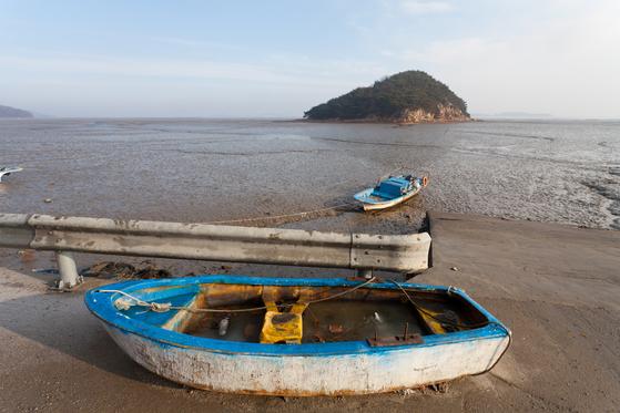 해안길을 드라이브 하다가 만난 풍경. 섬 곳곳에 낡은 배들이 서 있다. 뒤쪽에 보이는 작은 섬은 '동그랑섬'이다.