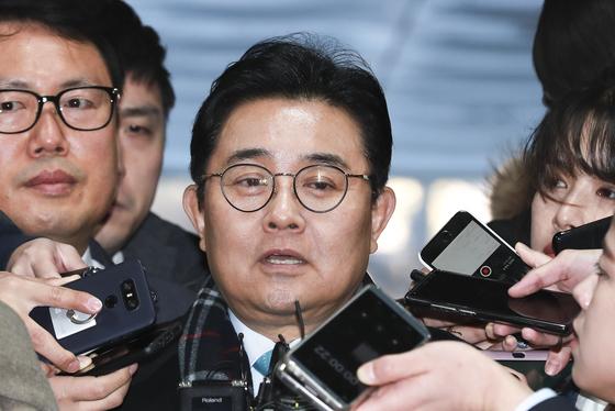 홈쇼핑 업체들에게 수억 원의 후원금을 내도록 한 혐의를 받고 있는 전병헌 전 청와대 민정수석이 12일 오전 영장실질심사를 받기위해 서울중앙지법으로 출석하며 기자들 질문에 답하고 있다. 임현동 기자