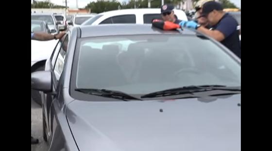괌 현지 경찰이 한국인 판사 부부 차량 내 아이들을 구조하고 있다. [사진 KUAM 뉴스 보도 화면 캡처]