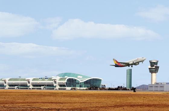 아시아나항공 소속 항공기가 무안국제공항을 이륙하고 있다. [중앙포토]