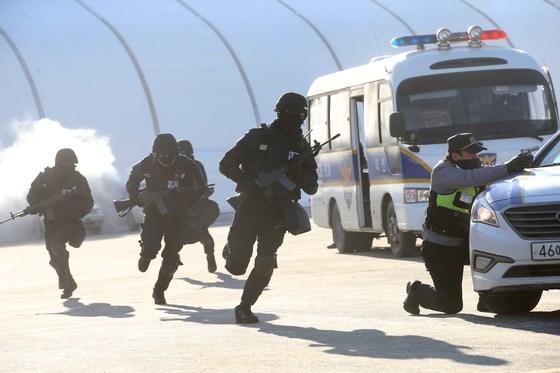 안전한 올림픽 개최를 점검하는 대테러 훈련이 12일 오후 평창올림픽 플라자에서 열렸다.이날 훈련에는 대테러센터 등 8개 유관단체 300여 명이 참가했다. 대테러요원들이 현장으로 투입되고 있다. 오종택 기자
