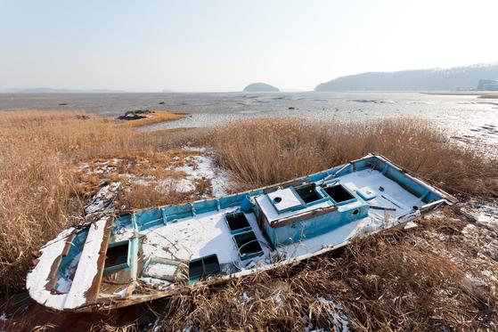 섬 곳곳에 낡은 배들이 서 있다. 해가 덜 비치는 곳에는 눈이 녹지 않았다.
