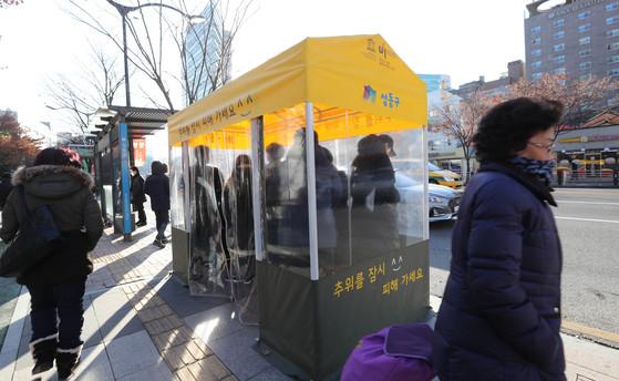 서울 성동구청 앞 버스정류장에 시민들이 찬바람을 피할 수 있는 '온기누리소'가 설치됐다. [최승식 기자]