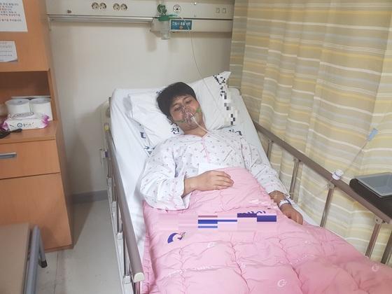 연기를 마셔 숨을 헐떡이는 구조자에게 자신의 마스크를 벗어 준 한의섭 소방교가 병원에 누워 있는 모습. [사진 인천 서부소방서]
