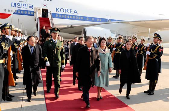 중국 국빈 방문중인 문재인 대통령 내외가 13일 오전 베이징 서우드 공항에 도착해 의장대를 사열하고 있다 2017.12.13 청와대사진기자단