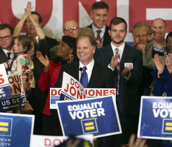 12일 치러진 앨라배마주 상원의원 보궐선거에서 승리한 민주당 더그 존슨 후보가 지지자들의 환호에 답하고 있다. [AP=연합뉴스]