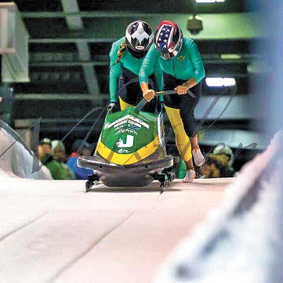 일본 중소기업이 만든 썰매로 평창올림픽에 도전하는 자메이카 여자 대표팀 빅토리언(오른쪽)과 러셀. 이들은 자메이카 봅슬레이 여자팀으론 사상 처음 겨울올림픽 출전을 준비하고 있다. [사진 자메이카봅슬레이협회]