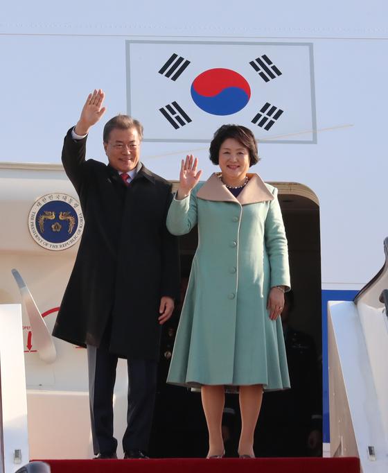 중국 국빈 방문중인 문재인 대통령 내외가 13일 오전 베이징 서우드 공항에 도착해 인사를 하고 있다. 2017.12.13 청와대사진기자단