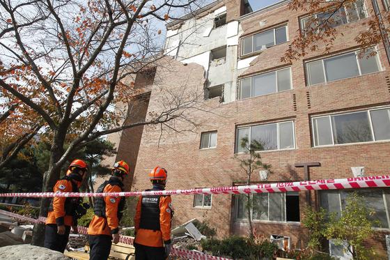 규모 5.4의 강진 피해를 입은 경북 포항시 한동대학교에서 중앙119구조본부 관계자들이 피해 건물을 살펴보고 있다. [중앙포토]