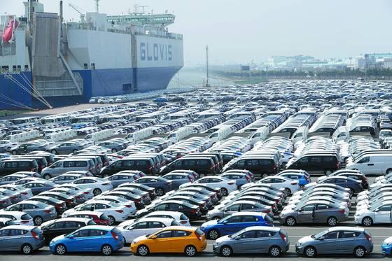 현대자동차 수출 선적부두에 자동차 전용선박에 실려 외국으로 수출될 자동차들이 줄지어 서 있다. [연합뉴스]