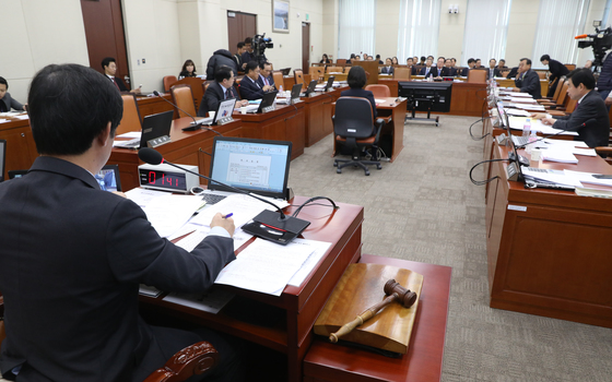 국회 국방위는 13일 전체회의를 열어 '5·18 민주화운동 진상규명을 위한 특별법안'과 '군 사망사고 진상규명에 관한 특별법안'을 상정·심의했지만 처리가 무산됐다. [뉴스1]