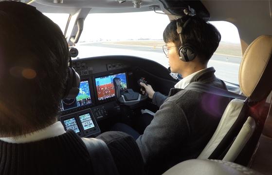 한국공항공사 항공훈련센터의 훈련생이 김포공항에서 Citation M2(CE-525)제트기를 타고 비행훈련을 받고 있다. [사진 한국공항공사]