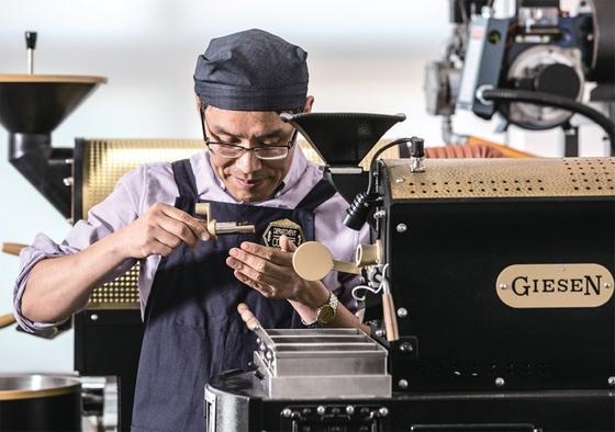김성헌 교수는 올 초 단국대 문화예술대학원에 세계 최초로 커피학과를 개설했다. 김 교수가 실습실에 마련된 로스팅 머신 앞에서 원두 향을 시향(試香)하고 있다.