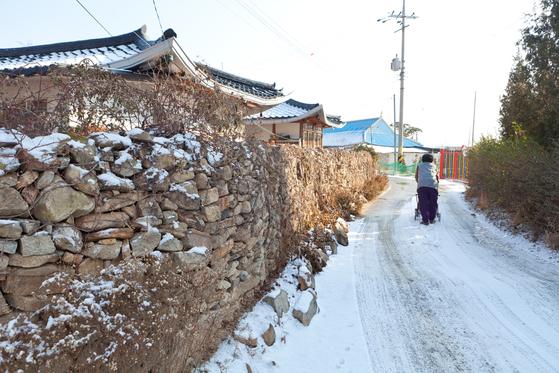 동검도에 들어오자마자 북동쪽에서 마주한 작은 마을. 눈 쌓인 돌담길을 연세 지긋한 어른이 조심스레 걷고 있다.