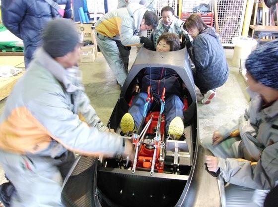 2012년 선수 맞춤형 썰매를 만드는 시타마치 봅슬레이 프로젝트팀. [사진 변두리 썰매 프로젝트팀 홈페이지]