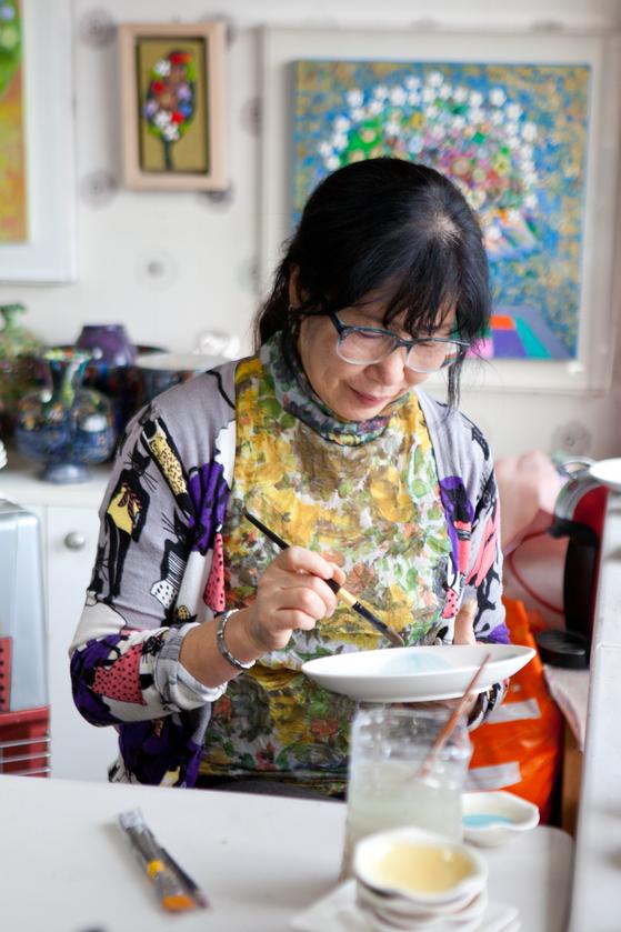 볕 잘 드는 창가에서 작업 중인 화가 김가빈의 모습.