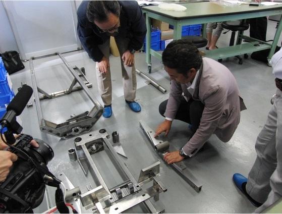썰매 부품을 해체해 분석하는 시타마치 봅슬레이 프로젝트팀. [사진 변두리 썰매 프로젝트팀 홈페이지]