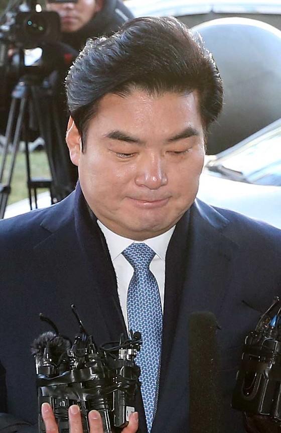 불법 정치자금을 수수했다는 의혹을 받고 있는 원유철 자유한국당 의원이 13일에 서울남부지검에 출석했다. 조문규 기자