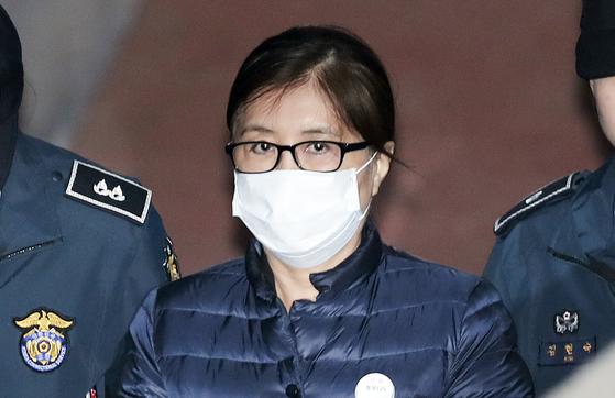 최순실씨가 14일 오전 서울중앙지법에서 열리는 결심공판에 출석하고 있다. 임현동 기자