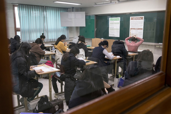 지난 달 23일 열린 2018학년도 대학수학능력시험을 치고 있는 수험생들.[중앙포토]