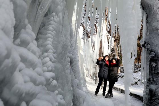 연일 한파가 맹위를 떨치고 있는 가운데 14일 대전 동구 상소동 산림욕장 내 얼음동산을 찾은 시민들이 추위가 만든 얼음 작품을 구경하고 있다. 프리랜서 김성태