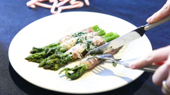 우아한 혼밥을 위한 연말 요리 시리즈 첫회로 간단하지만 풍미 좋은 아스파라거스 프로슈토(생햄) 말이를 소개한다. 송현호 인턴기자