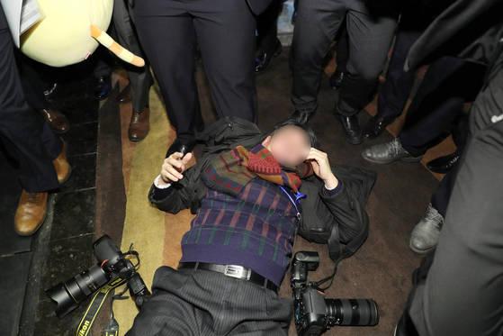 중국 측 경호 관계자 폭행으로 쓰러진 한국 사진기자 [연합뉴스]