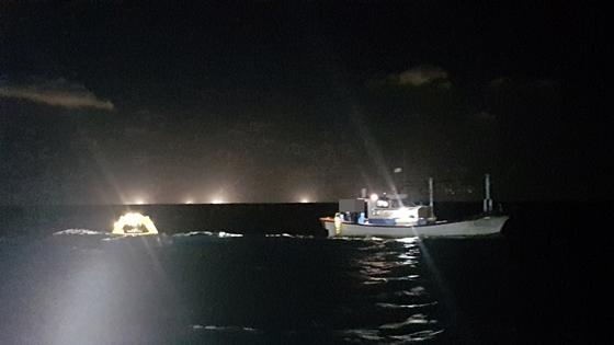 13일 오후 9시37분쯤 제주 서귀포시 성산읍 성산항 앞 약 3㎞ 해상에서 모래운반선과 어선이 충돌해 어선 선원 8며이 전원 구조됐다. 사진은 어선 선원들이 구명벌을 펼치고 구조를 기다리는 모습. [사진 서귀포해경]