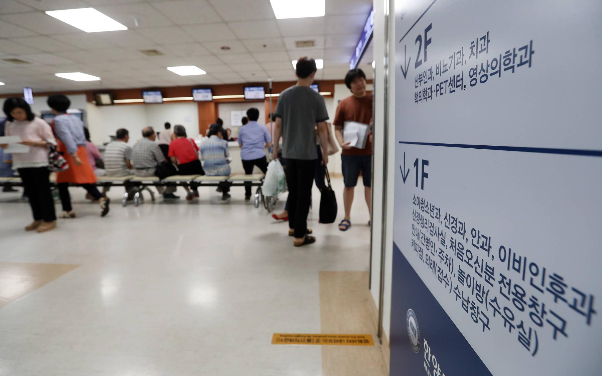 환자들로 붐비는 한 종합병원 외래 진료 창구. 지난 8월 발표된 정부의 건보 보장성 강화 정책, 이른바 '문재인 케어'에 대해서 국민들은 찬성 의견이 많았지만 본인 부담 증가에는 소극적이었다. [연합뉴스]