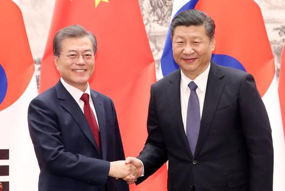 문재인 대통령과 시진핑 중국 국가주석이 14일 오후 베이징 인민대회당 서대청에서 열린 MOU 서명식을 마치고 악수하고 있다. [연합뉴스]