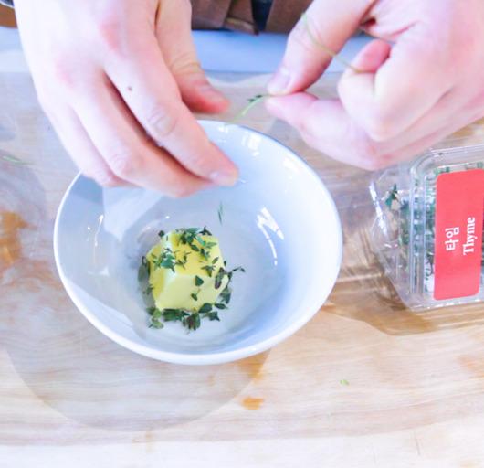 상온에 둔 말랑한 버터에 타임과 로즈마리, 파슬리 등을 넣어 잘 섞는다.