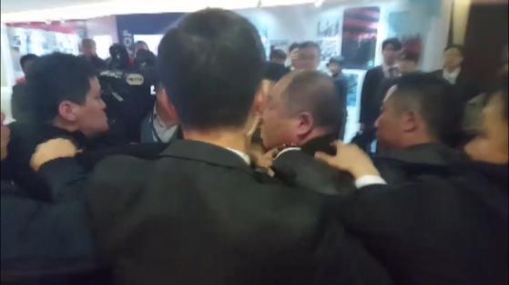 한국의 사진기자가 14일 오전 베이징 국가회의 중심 B홀에서 열린 문재인 대통령 '한·중 경제·무역 파트너십 개막식'에서 스타트업관으로 이동중, 중국측 경호원에게 일방적으로 폭행 당하고 있다. [청와대 사진기자단]