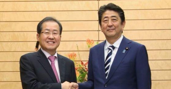 일본을 방문 중인 자유한국당 홍준표 대표가 14일 오후 일본 도쿄 총리 관저에서 아베 신조(安倍晋三) 일본 총리와 만나 악수하고 있다.[사진 자유한국당]