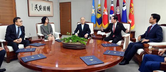 지난 9월 송영무 국방부 장관(오른쪽 두번째부터)이 국방부 중회의실에서 '군 적폐청산 위원회' 위촉식 후 위원들과 1차 회의를 진행하고 있다. [국방부 제공=연합뉴스]
