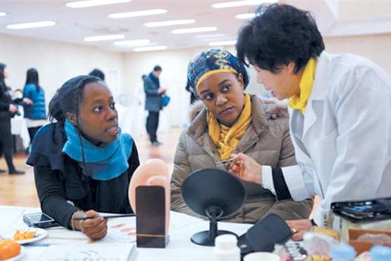신천지예수교회는 외국인 근로자를 위해 '찾아가는 건강닥터'를 진행하고 있다. [사진 신천지예수교회]