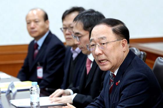 홍남기 국무조정실장(오른쪽)이 13일 암호화폐 관련 긴급회의에서 발언하고 있다. [김경록 기자]