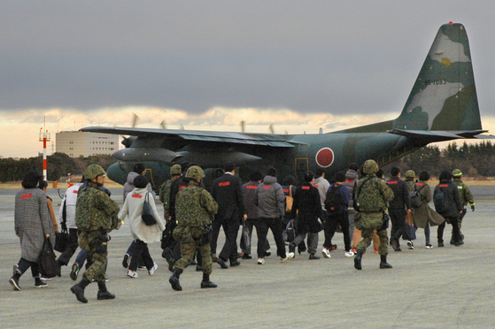 일본 자위대가 지난 13일 사이타마현 이루마 기지에서 해외에 체류 중인 일본인이 위험에 빠졌을 때를 상정해 구출 훈련을 펼치고 있다. [사이타마 교도=연합뉴스]
