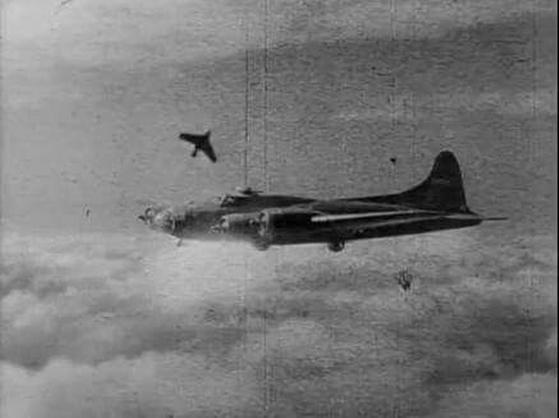 B-17 폭격기 인근 상공으로 치고 올라오는 Me 163. 마땅한 대응 수단이 없었던 연합군을 공황상태에 몰아넣었다. [사진 acesflyinghigh.wordpress.com]