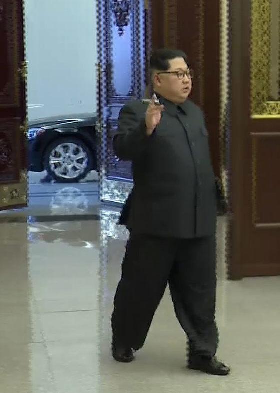 북한 조선중앙TV가 김정은 노동당 위원장이 평양에서 열린 제8차 군수공업대회에 참석하면서 한 손에 담배를 든 장면을 13일 보도했다. [연합뉴스]